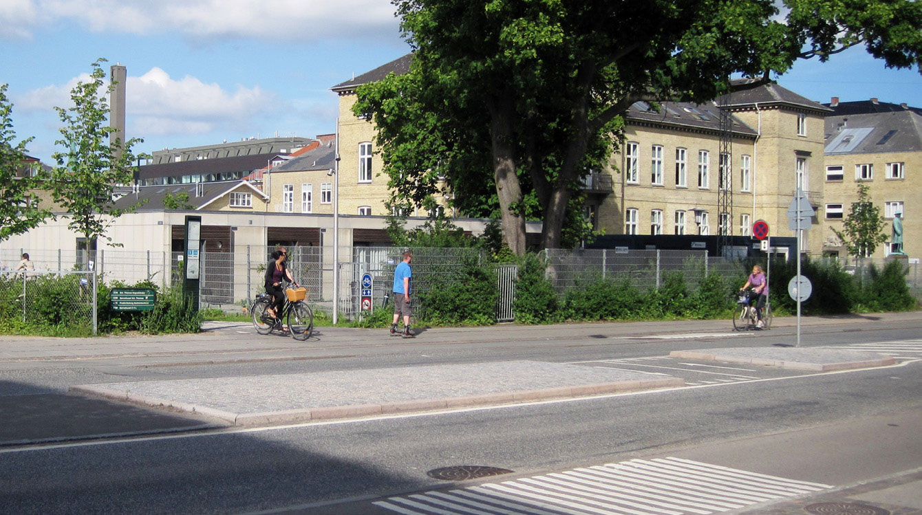Kuva 8 Erillinen pyörätie liittyy katuverkon järjestelyihin linjaosuudella. Kööpenhamina, Tanska. Kuva: Niko Palo.