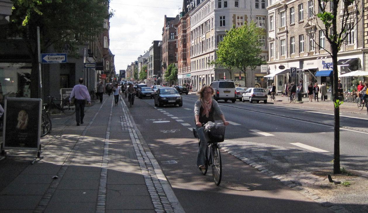 Kuva 9 Selkeä rakenteellinen erottelu on miellyttävä jalankulkijalle ja pyöräilijälle. Kööpenhamina, Tanska. Kuva: Niko Palo.